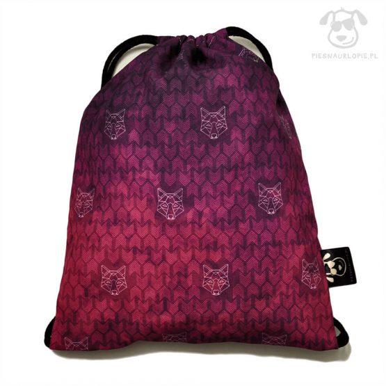 Worek z wilkiem w kolorze fioletowym idealny dla właściciela psa na zakupy, na spacer czy na wycieczkę. Na prezent dla miłośnika zwierząt czy jako gadżet dla wielbiciela psów.
