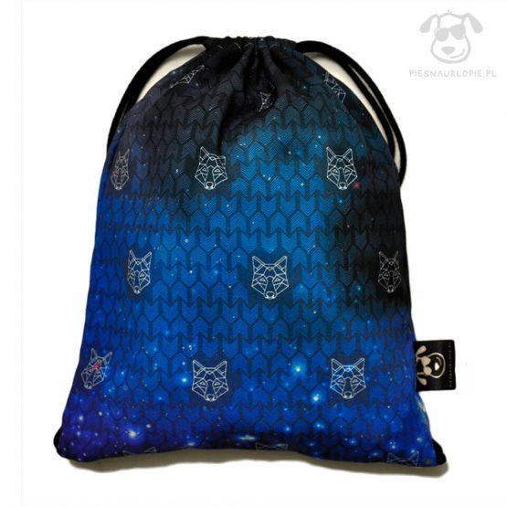 Worek z wilkiem w kolorze niebiesko-czarny idealny dla właściciela psa na zakupy, na spacer czy na wycieczkę. Na prezent dla miłośnika zwierząt czy jako gadżet dla wielbiciela psów.