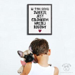 """Plakat """"W tym domu zwierzę jest członkiem naszej rodziny"""" idealny dla kochających właścicieli czworonogów. Na prezent dla miłośnika zwierząt czy jako gadżet dla wielbiciela psów, kotów lub królików."""