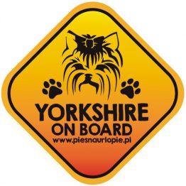 Naklejka na samochód z psem rasowym (yorkshire terrier) idealna dla właściciela, który lubi podróżować z psem i dba o jego bezpieczeństwo. Na prezent dla miłośnika zwierząt czy jako gadżet dla wielbiciela psów.