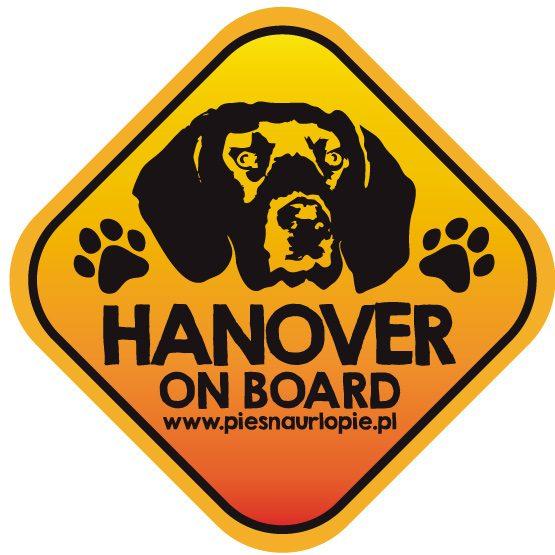 Naklejka na samochód z psem rasowym (posokowiec hanowerski) idealna dla właściciela, który lubi podróżować z psem i dba o jego bezpieczeństwo. Na prezent dla miłośnika zwierząt czy jako gadżet dla wielbiciela psów.