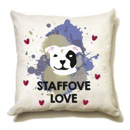 """Poduszka """"staffove love"""" idealna dla właściciela psa rasowego (staffordshire terrier). Na prezent dla miłośnika zwierząt czy jako gadżet dla wielbiciela psów."""