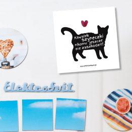 """Magnes """"Kawałek szyneczki jeszcze nikomu nie zaszkodził!"""" idealny dla właściciela kota na lodówkę, okap, a nawet metalowe drzwi. Na prezent dla miłośnika zwierząt czy jako gadżet dla wielbiciela kotów."""