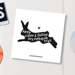 """Magnes """"Keep calm & follow my nesquik trail"""" idealny dla właściciela królika na lodówkę, okap, a nawet metalowe drzwi. Na prezent dla miłośnika zwierząt czy jako gadżet dla wielbiciela królików."""