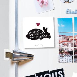 """Magnes """"Sprzedam wszystko za nananka"""" idealny dla właściciela królika na lodówkę, okap, a nawet metalowe drzwi. Na prezent dla miłośnika zwierząt czy jako gadżet dla wielbiciela królików."""