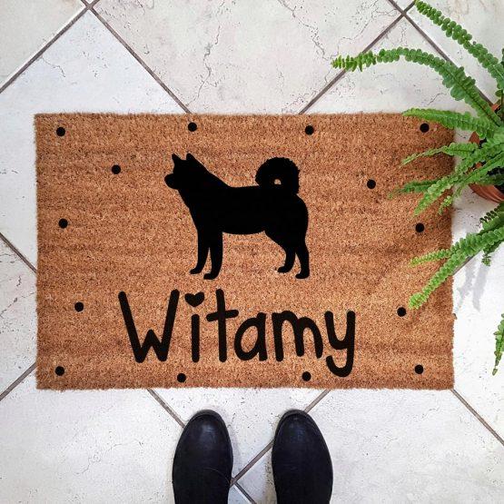 Wycieraczka kokosowa z psem rasowym akita inu. Prezent dla właściciela psa. Sklep z wyjątkowymi gadżetami dla miłośników zwierząt.