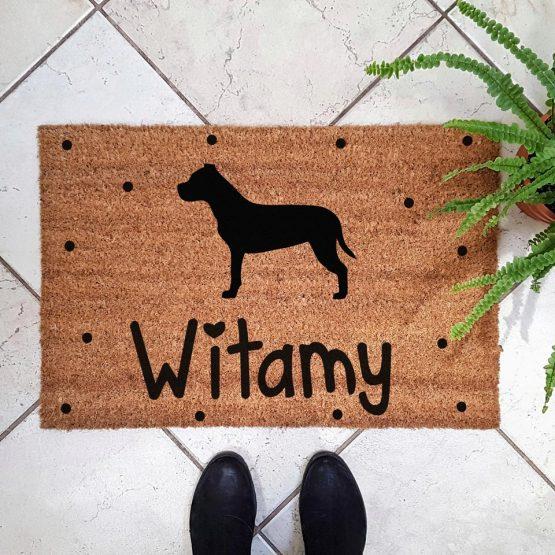 Wycieraczka kokosowa z psem rasowym american stafordshire terrier amstaff. Prezent dla właściciela psa. Sklep z wyjątkowymi gadżetami dla miłośników zwierząt.