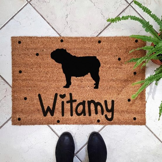 Wycieraczka kokosowa z psem rasowym buldog angielski. Prezent dla właściciela psa. Sklep z wyjątkowymi gadżetami dla miłośników zwierząt.