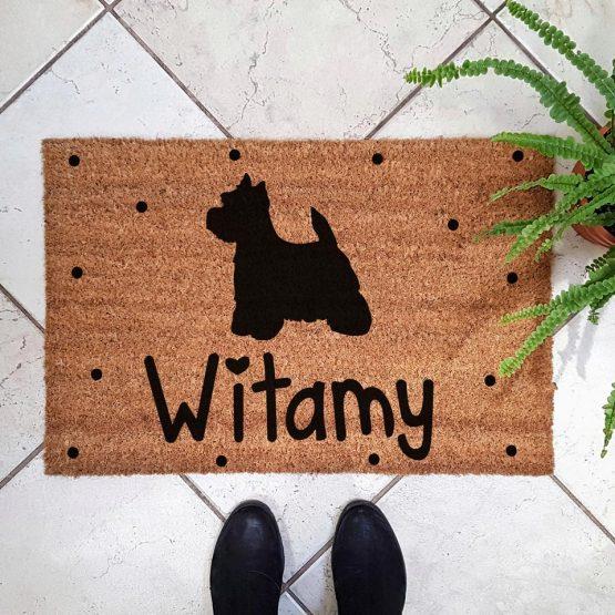 Wycieraczka kokosowa z psem rasowym westhigland terrier. Prezent dla właściciela psa. Sklep z wyjątkowymi gadżetami dla miłośników zwierząt.