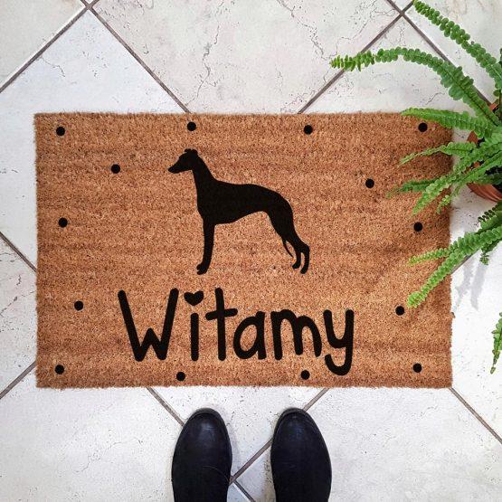 Wycieraczka kokosowa z psem rasowym whippet. Prezent dla właściciela psa. Sklep z wyjątkowymi gadżetami dla miłośników zwierząt.