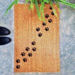 """Wycieraczka kokosowa z psem """"Łapki"""". Prezent dla właściciela psa, kota i królika. Sklep z wyjątkowymi gadżetami dla miłośników zwierząt."""