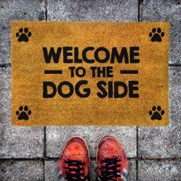 """Wycieraczka kokosowa z psem """"Welcome to the dog side"""". Prezent dla właściciela psa i miłośnika gwiezdnych wojen. Sklep z wyjątkowymi gadżetami dla miłośników zwierząt."""