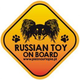 Naklejka na samochód z psem rasowym (ruski toy) idealna dla właściciela, który lubi podróżować z psem i dba o jego bezpieczeństwo. Na prezent dla miłośnika zwierząt czy jako gadżet dla wielbiciela psów.
