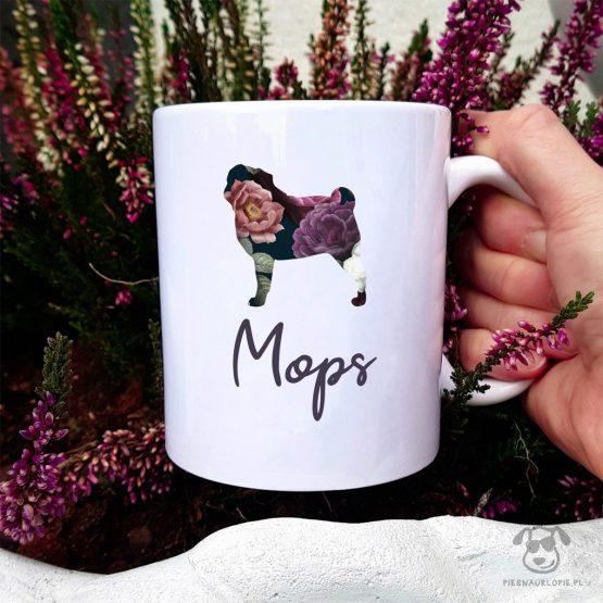Kubek z pasem – Mops cały w kwiatach. Autorski projekt, delikatność wzoru, piękno kwiatów i miłość do psów w jednym :)