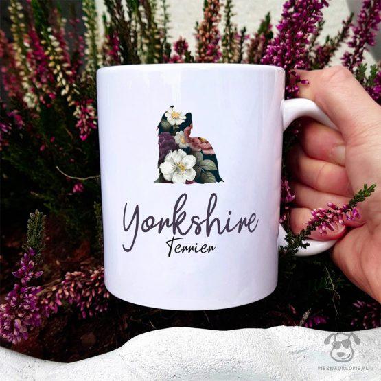 Kubek z pasem – yorkshire terrier cały w kwiatach. Autorski projekt, delikatność wzoru, piękno kwiatów i miłość do psów w jednym :)